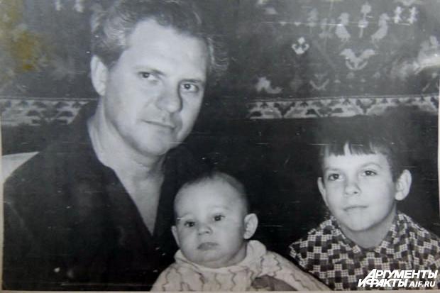 Аркадий-Мельников-с-детьми