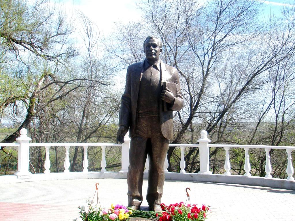 Памятник В.Сидорову